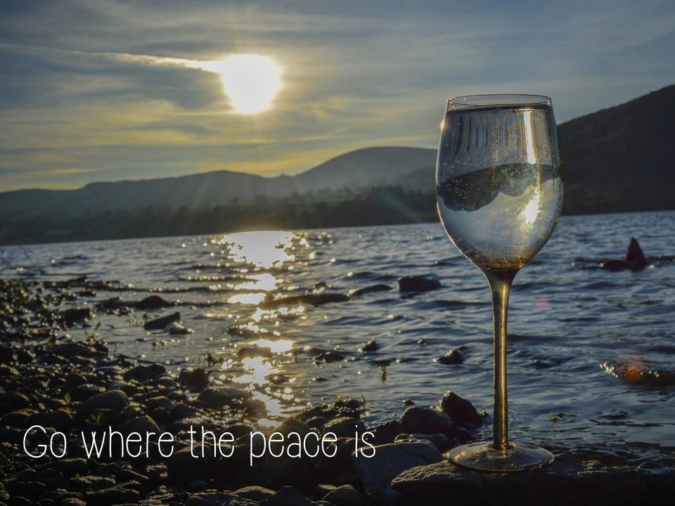 Glas of wine in front of a lake